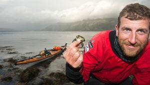 Sören Kjellkvist vid norska kusten med kajak och liten krabba.