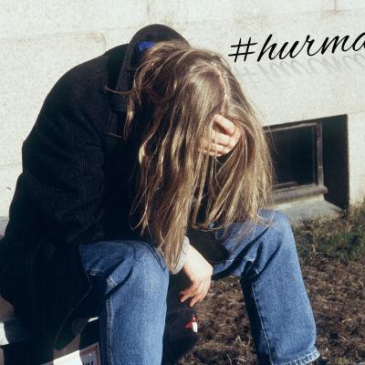 Deprimerad människa sitter böjd framåt.