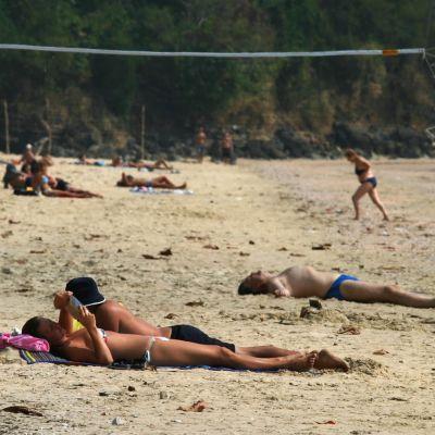 Turister på stranden Ao Nang i Thailand.