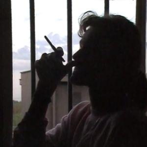Naisvanki tupakalla
