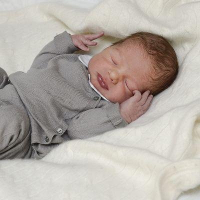 Ensimmäinen virallinen valokuva Ruotsin prinsessa Madeleinen ja Chris O`Neilin poikavauvasta. Kuva on julkaistu 16. kesäkuuta.