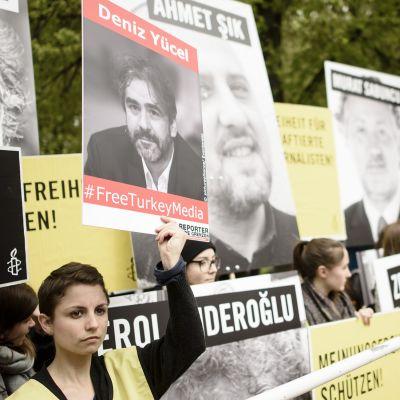 Berliinissä osoitettiin mieltä Turkissa pidätettyjen journalistien puolesta toukokuussa 2017.