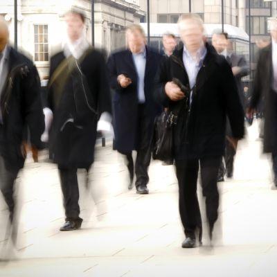 Miehiä puvut päällä menossa töihin.