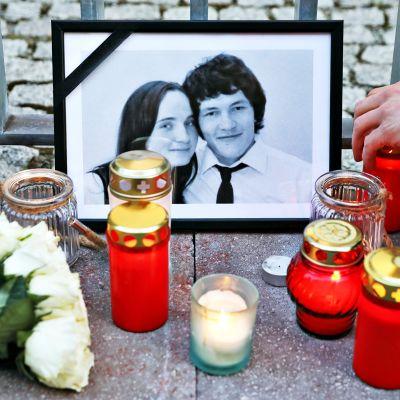 Slovakialaisten yhteyksiä Italian mafiaan tutkinut toimittaja Ján Kuciak murhattiin helmikuussa 2018. Mustissa kehyksissä on Ján Kuciakin ja hänen tyttöystävänsä Martina Kusnirovan kuva Slovakian suurlähetystön ulkopuolella Berliinissä maaliskuussa 2018.