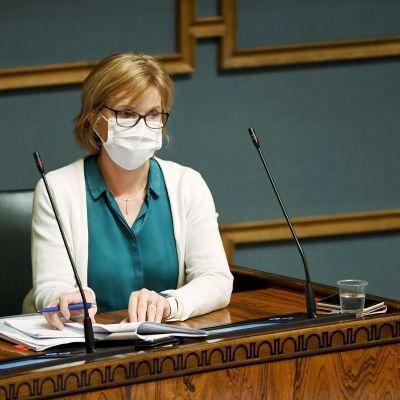Oikeusministeri Anna-Maja Henriksson eduskunnan suullisella kyselytunnilla 26. marraskuuta 2020.