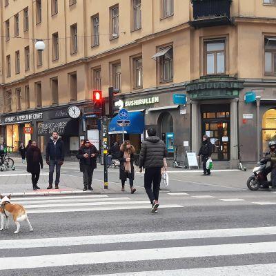 Ihmisiä kadulla.