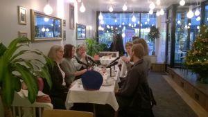 gästerna runt ett kaffebord