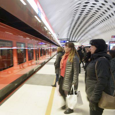 Matkustajia Matinkylän metroasemalla Espoossa.