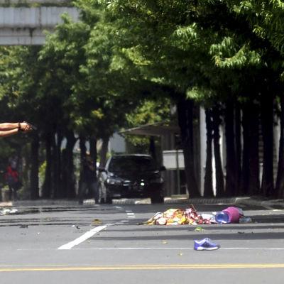 En indonesisk polis säkrar attentatsområdet i centrala Jakarta.
