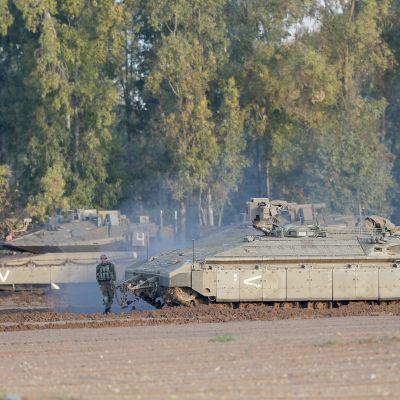 Israelin armeija siirtää panssareita Gazan rajalle.
