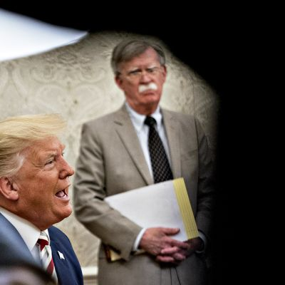 Kansallisen turvallisuuden neuvonantja John Bolton katselee, kun presidentti Donald Trump puhuu Valkoisessa talossa 20 elokuuta 2019.