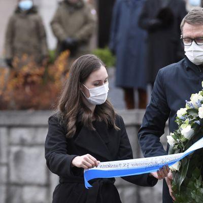 20201127 Pääministeri Sanna Marin ja valtiovarainministeri Matti Vanhanen laskivat seppeleen J. K. Paasikiven haudalle Helsingin Hietaniemessä 27. marraskuuta 2020.