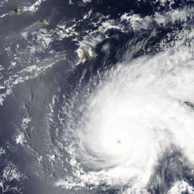 Orkanen Lane har försvagats något över Stilla havet och klassas nu som en fyra på den femgradiga orkanskalan