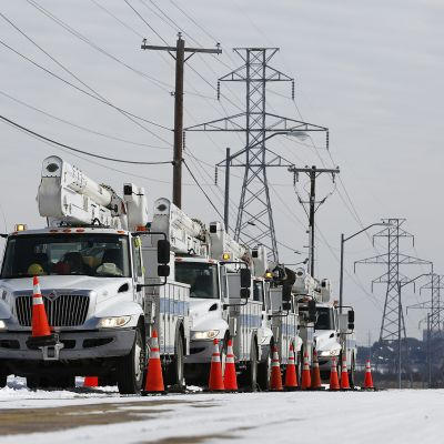 Sähkölinjojen korjauksiin käytettäviä nostolava-autoja Fort Worthissa, Texasissa.