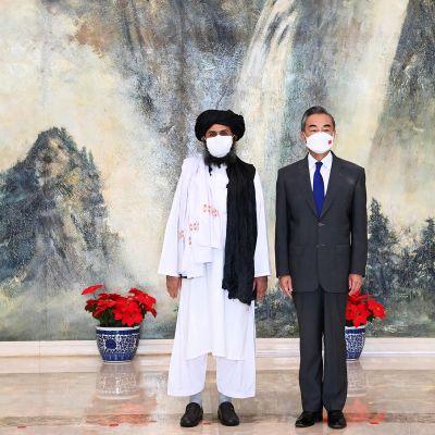 Kiinan ulkoministeri Wang Yi ja Taliban-johtaja Mullah Abdul Ghani Baradar tapasivat heinäkuussa Kiinan Tianjinissa.