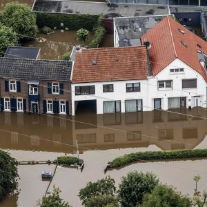 Ilmakuva Valkenburgista näyttää Maas-joen tulvimisen.