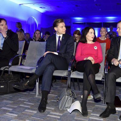 Kai Mykkänen, Antti Häkkänen, Sanni-Grahn Laasonen ja Petteri Orpo kokoomuksen puoluevaltuuskunnan kokouksessa Helsingissä.