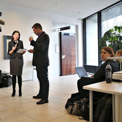 Varsinais-Suomen käräjäoikeudesta suoraa lähetystä juontavat Ylen oikeustoimittaja Päivi Happonen ja aluetoimittaja Ari Welling.