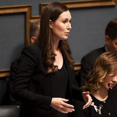 Pääministeri Sanna Marin puhuu eduskunnan suullisella kyselytunnilla 19. joulukuuta.