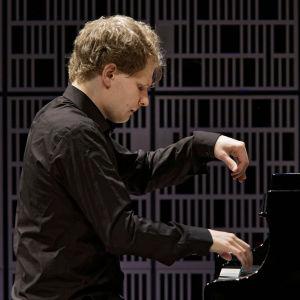 Hannu Alasaarela alkueräsuorituksessaan Maj Lind -pianokilpailussa.