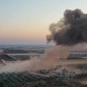 Savupilvi nousee ilmaiskun jälkeen Binnishissä Syyriassa.