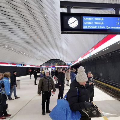 Ratavauriosta kertova teksti aikataulunäytössä Matinkylän metroasemalla Espoossa