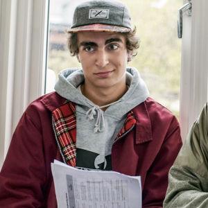 Jonas och Isak med mösor på framför ett fönster.