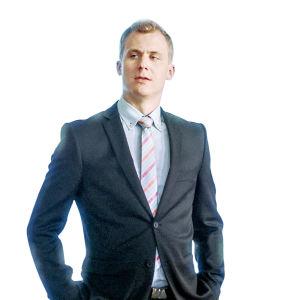 Joel Mäkinen seisoo kädet taskussa roolissaan Presidentti-sarjassa.