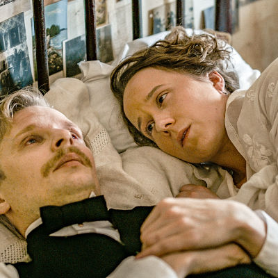 Karaktärerna Sigrid och Eugen ligger på en säng