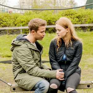 Karaktärerna Julius och Elfa tillsammans i en lekpark