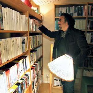 Alejandro Gonzales Inarritu tutkii Ingmar Bergmanin videohyllyä. Kuva dokumenttisarjasta Bergmanin videot.
