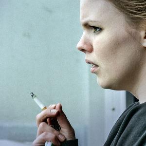 Karaktären Hanna röker en cigarett i dramaserien Case.
