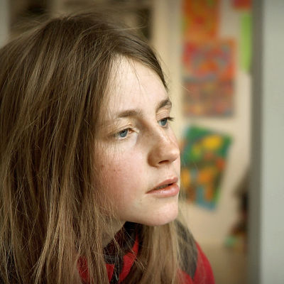 dokumentin päähenkilö nuori nainen kasvokuvassa