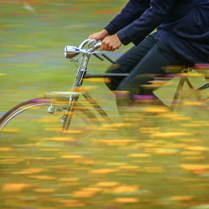 Isä Matteo ajaa polkupyörällään