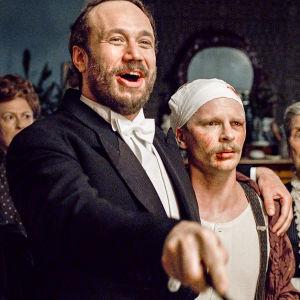 Sigrid Schauman (Stella Laine), Konni Zilliacus (Elmer Bäck) och Eugen Schuaman (Oskar Pöysti) står bredvid varandra i en dörröppning.