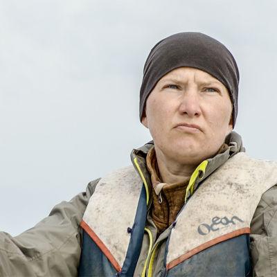 Fiskaren Tanja Åkerfelt ute i båten med pipo på huvudet.
