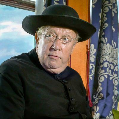 Mark Williams näyttelee pikkukylän pappia isä Brownia, joka ratkoo sivutyönään rikoksia.