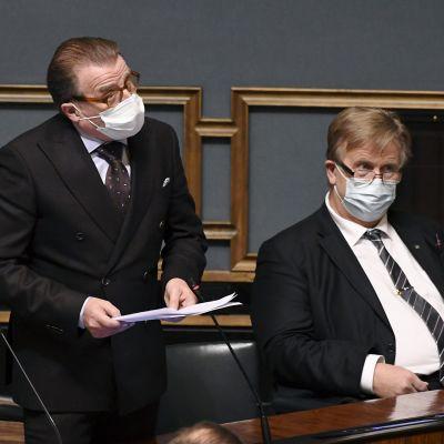 Perussuomalaisten Jari Koskela (vas.) kysyy eduskunnan suullisella kyselytunnilla Helsingissä 19. marraskuuta 2020, vieressä Veijo Niemi.