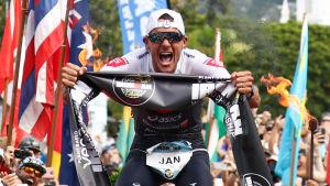 Jan Frodeno jublar efter sitt VM-guld i Ironman.