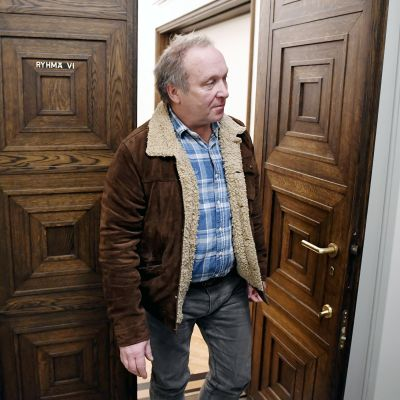 Teuvo Hakkarainen poistumassa perussuomalaisten eduskuntaryhmän kokouksesta.