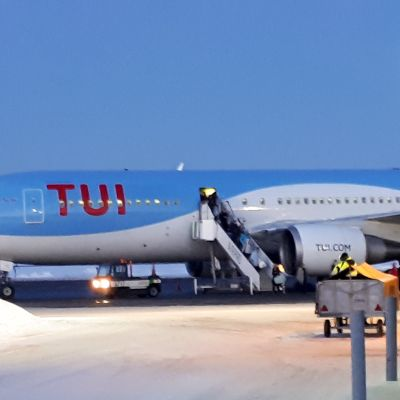TUI lentokone Vaasan lentokenttä.