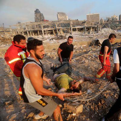 Loukkaantunutta kuljetetaan hoitoon Beirutissa.