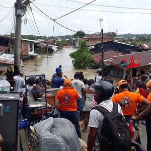 Folk i utsatta områden har evakuerats i flera länder på grund av katastrofala vindar, flodvågor och översvämningar i Iotas spår. Bilden är från Quibdo i Colombia.