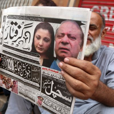 Pakistanissa lehdet uutisoivat entisen pääministerin ja tämän tyttären pidätyksen.