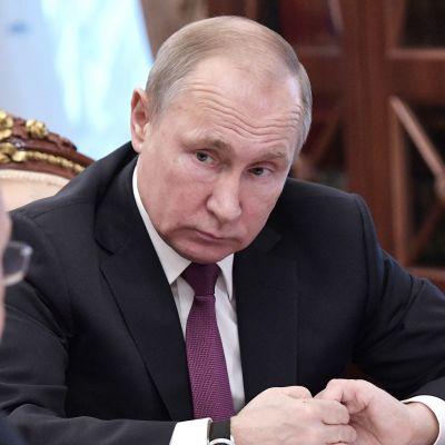 Venäjän presidentti Vladimir Putin keskusteli ulkoministeri Sergei Lavrovin (selin) kanssa 2. helmikuuta Moskovassa.