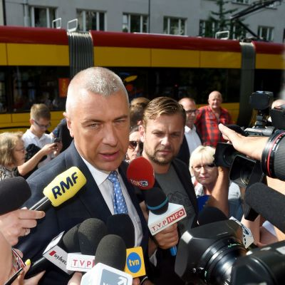 Puolalainen jurusti Roman Giertych lehdistön ympäröimänä Varsovassa v. 2017.