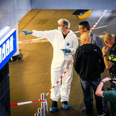 Poliisin tutkijoita lähellä puukotuspaikkaa Amsterdamin päärautatieasemalla 31. elokuuta.