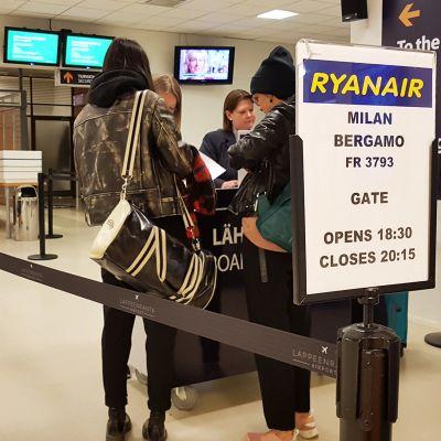 Matkustajia lähtöportilla Lappeenrannan lentoasemalla.