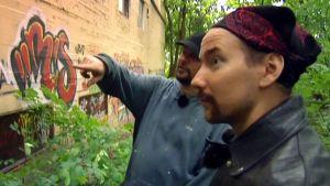 Lomamatka 80-luvulla ohjelmassa Tero Karvinen opastaa Mikaa graffitien maailmaan.