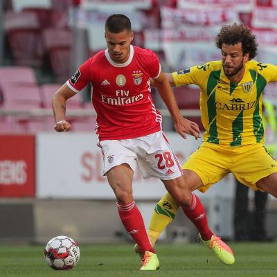 Julian Weigl håller i bollen framför motståndare.